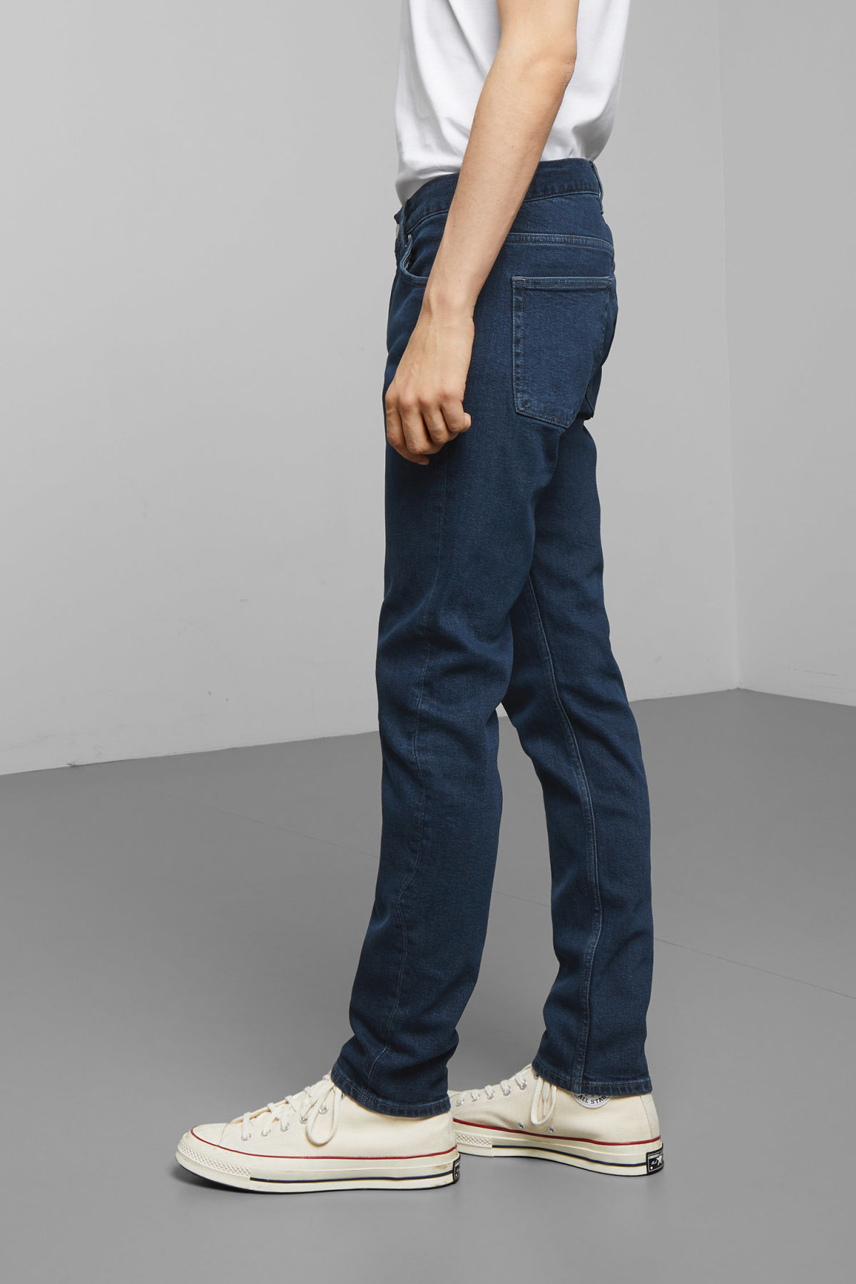 Model side image of Weekday friday rocky blue jeans in blue