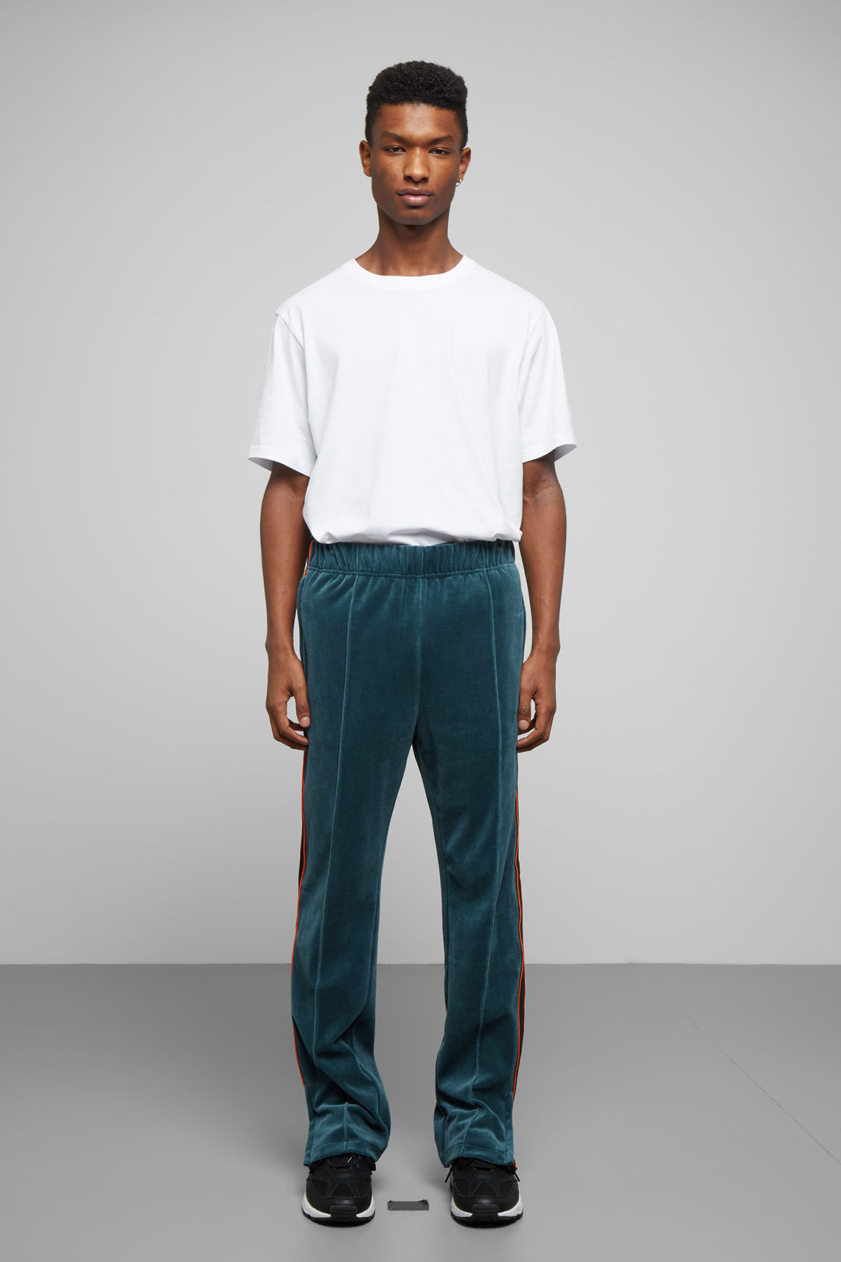Model front image of Weekday local velour sweatpants in turquoise