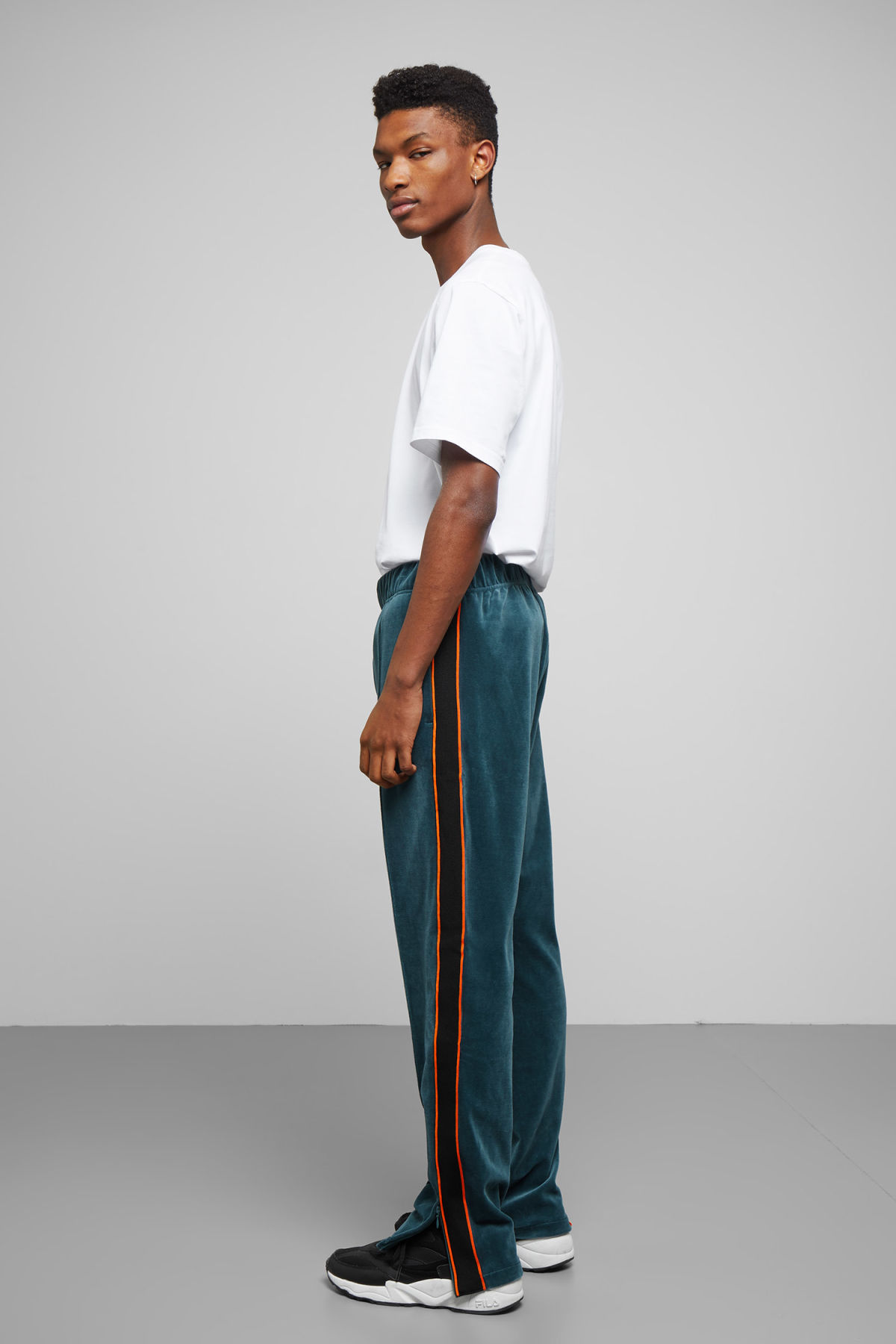 Model back image of Weekday local velour sweatpants in turquoise