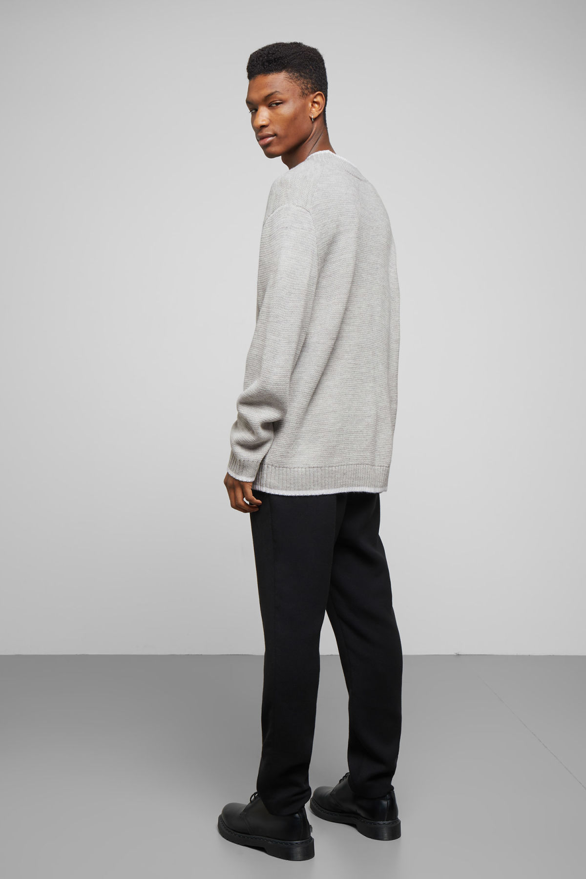 Model side image of Weekday per v-neck sweater in grey