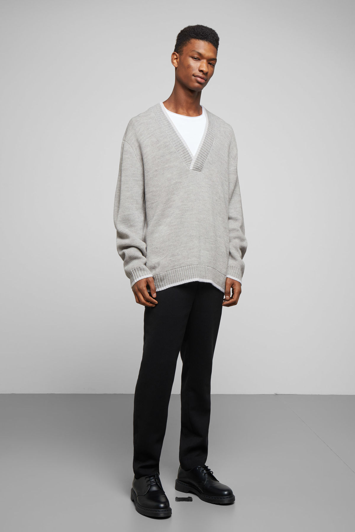 Model back image of Weekday per v-neck sweater in grey