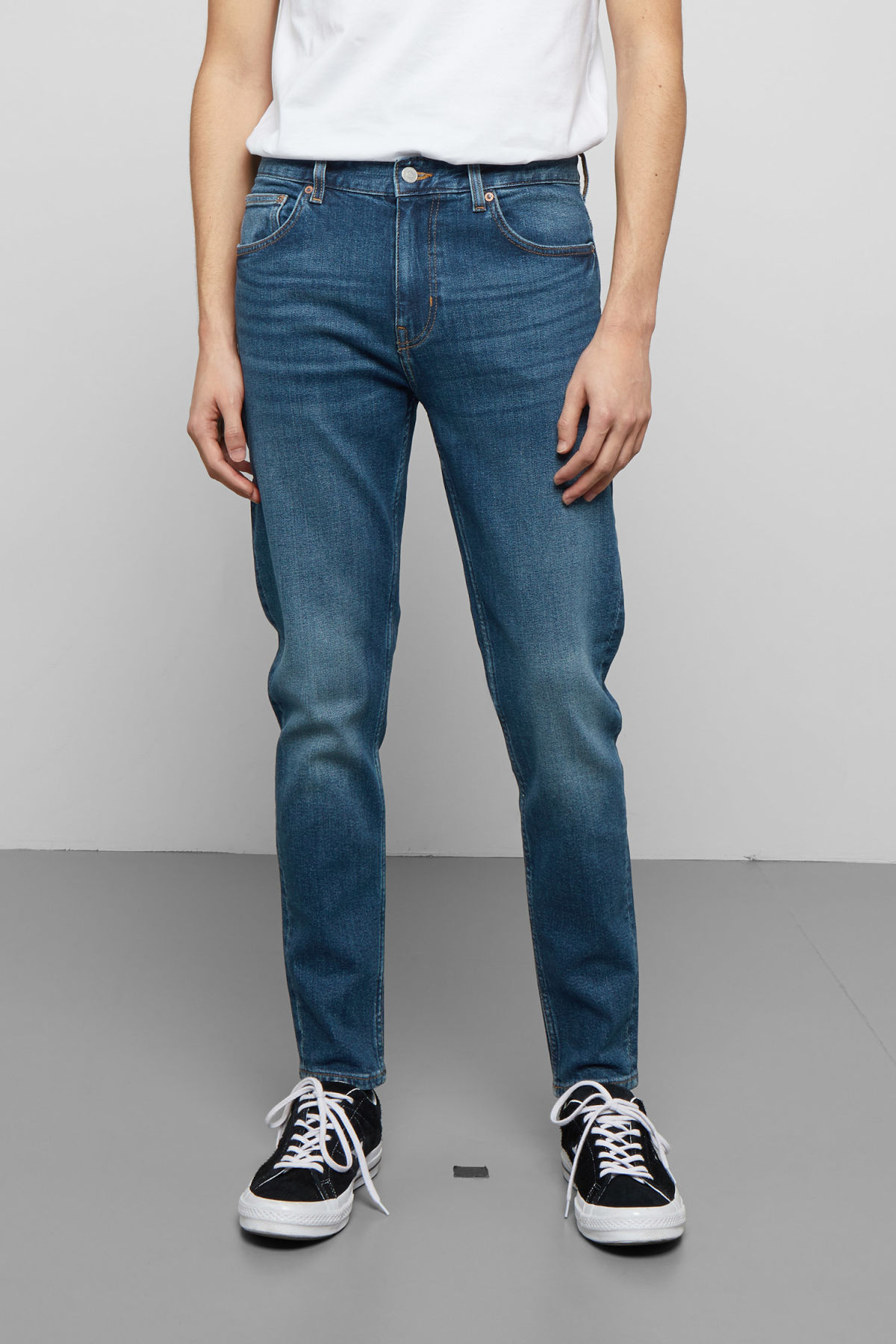 Model back image of Weekday cone slub blue jeans in blue