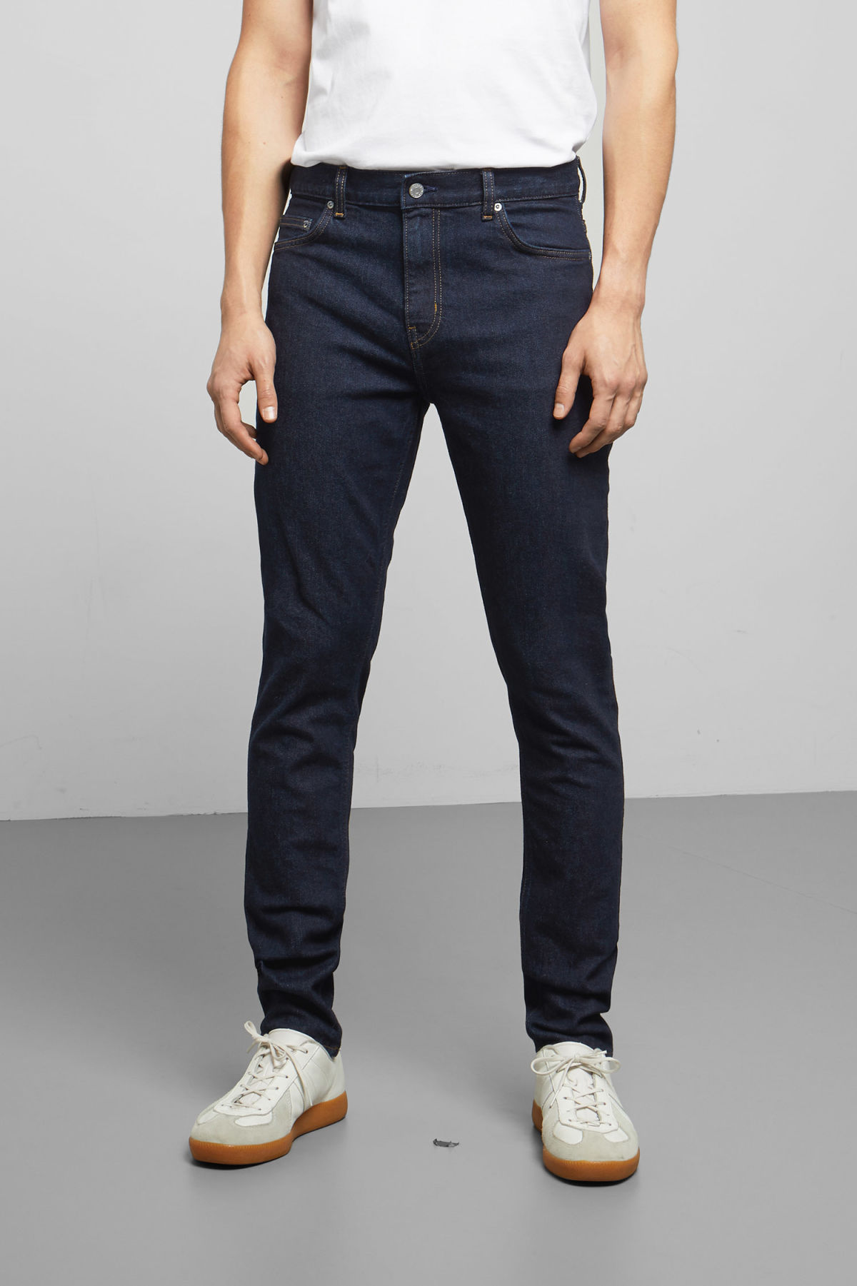 Model back image of Weekday cone dark rinse jeans in blue