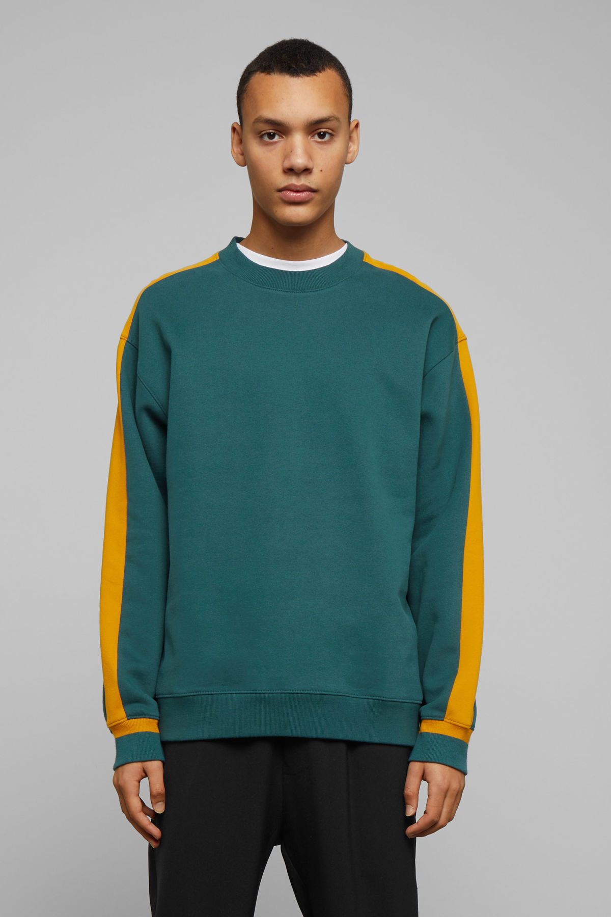 Model front image of Weekday billy peached sweatshirt in turquoise