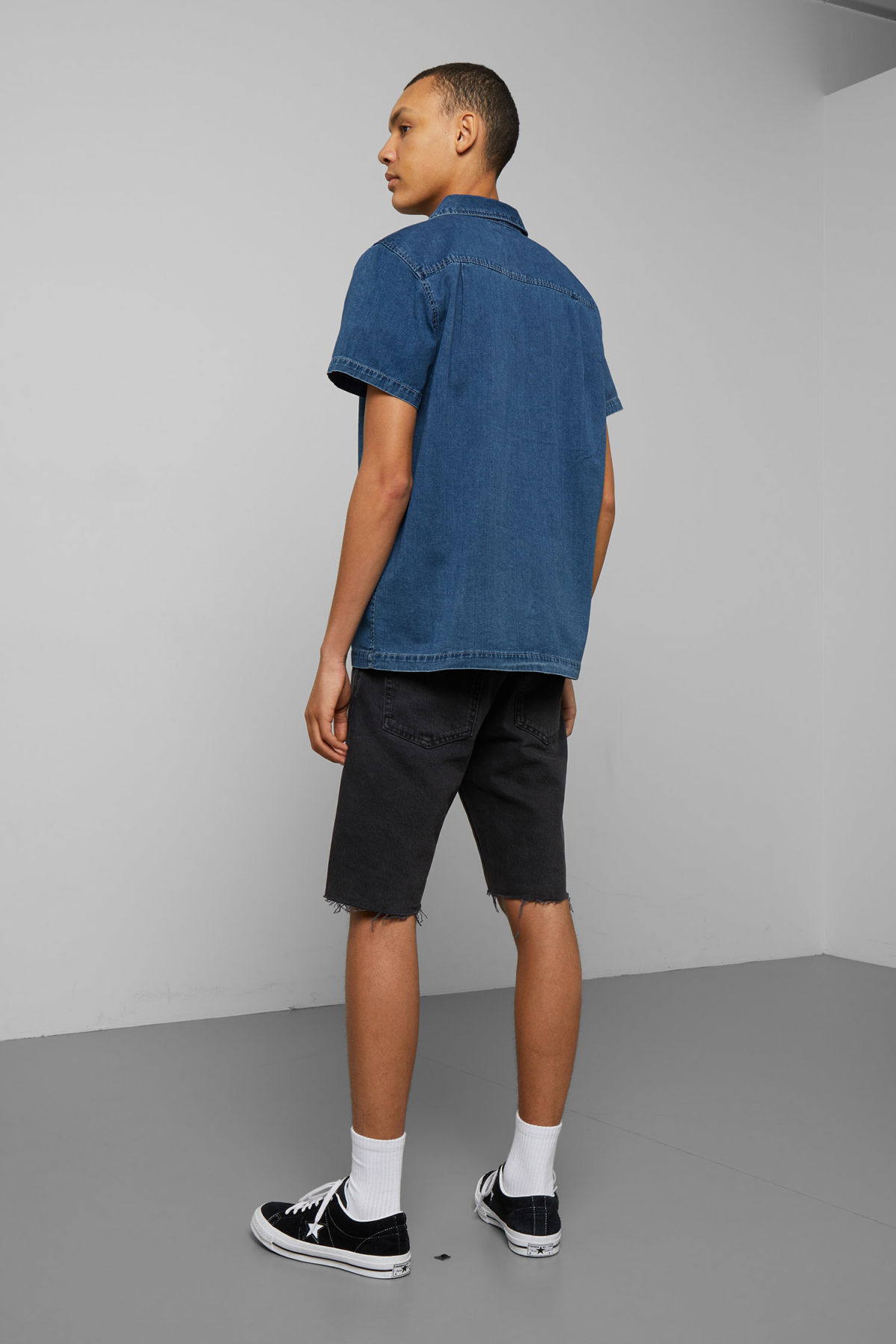 Model back image of Weekday duo porto blue shirt  in blue