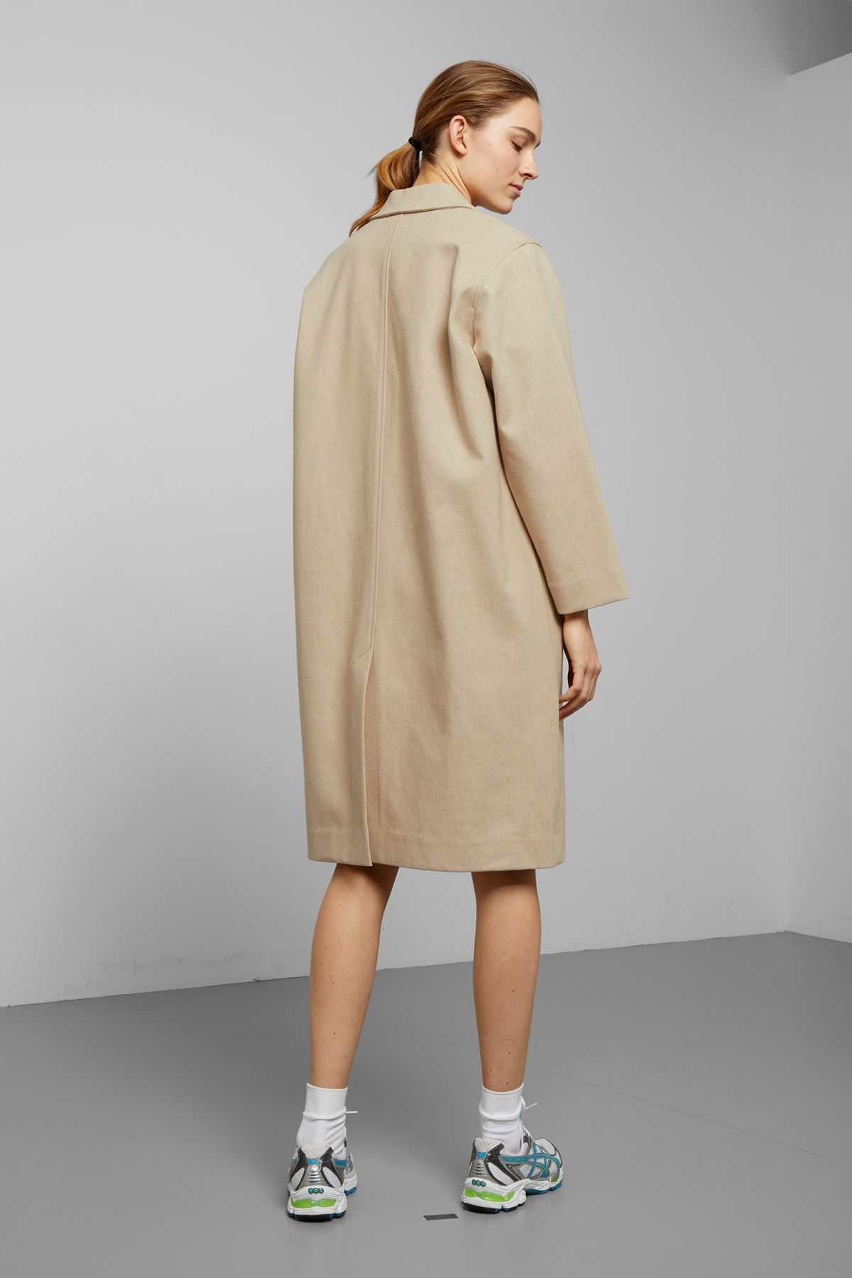 Model back image of Weekday lond linen mix coat in beige