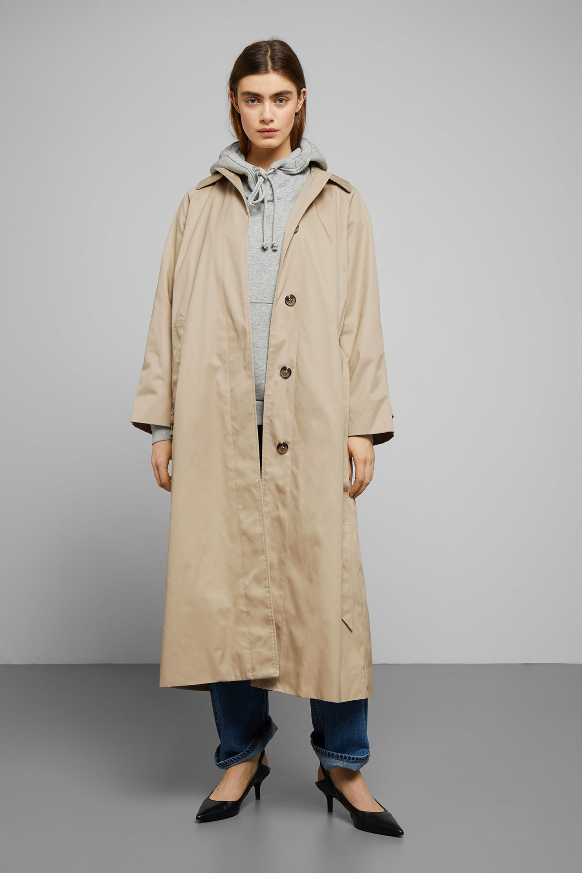 Model front image of Weekday carly trench coat in beige