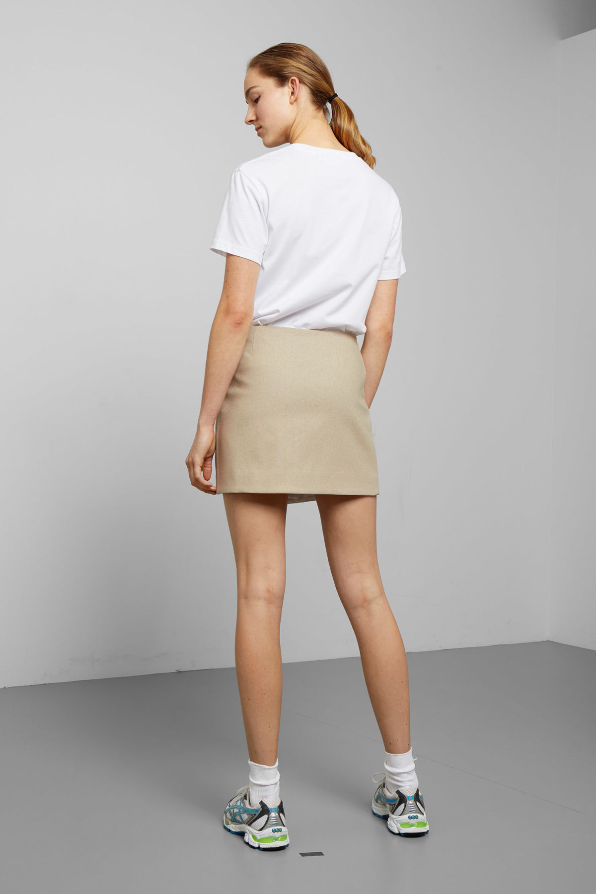 Model back image of Weekday page skirt in beige