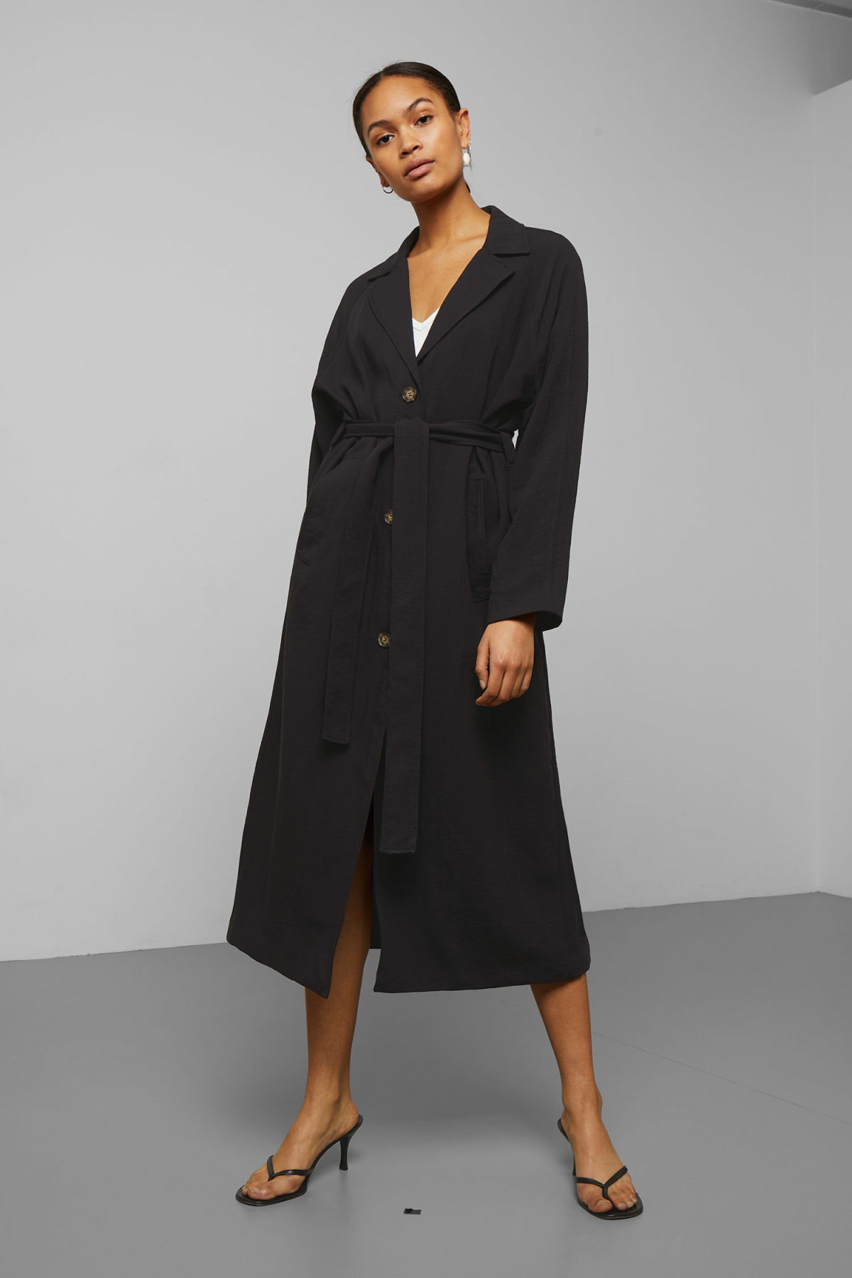 Model back image of Weekday amaya trench coat in black