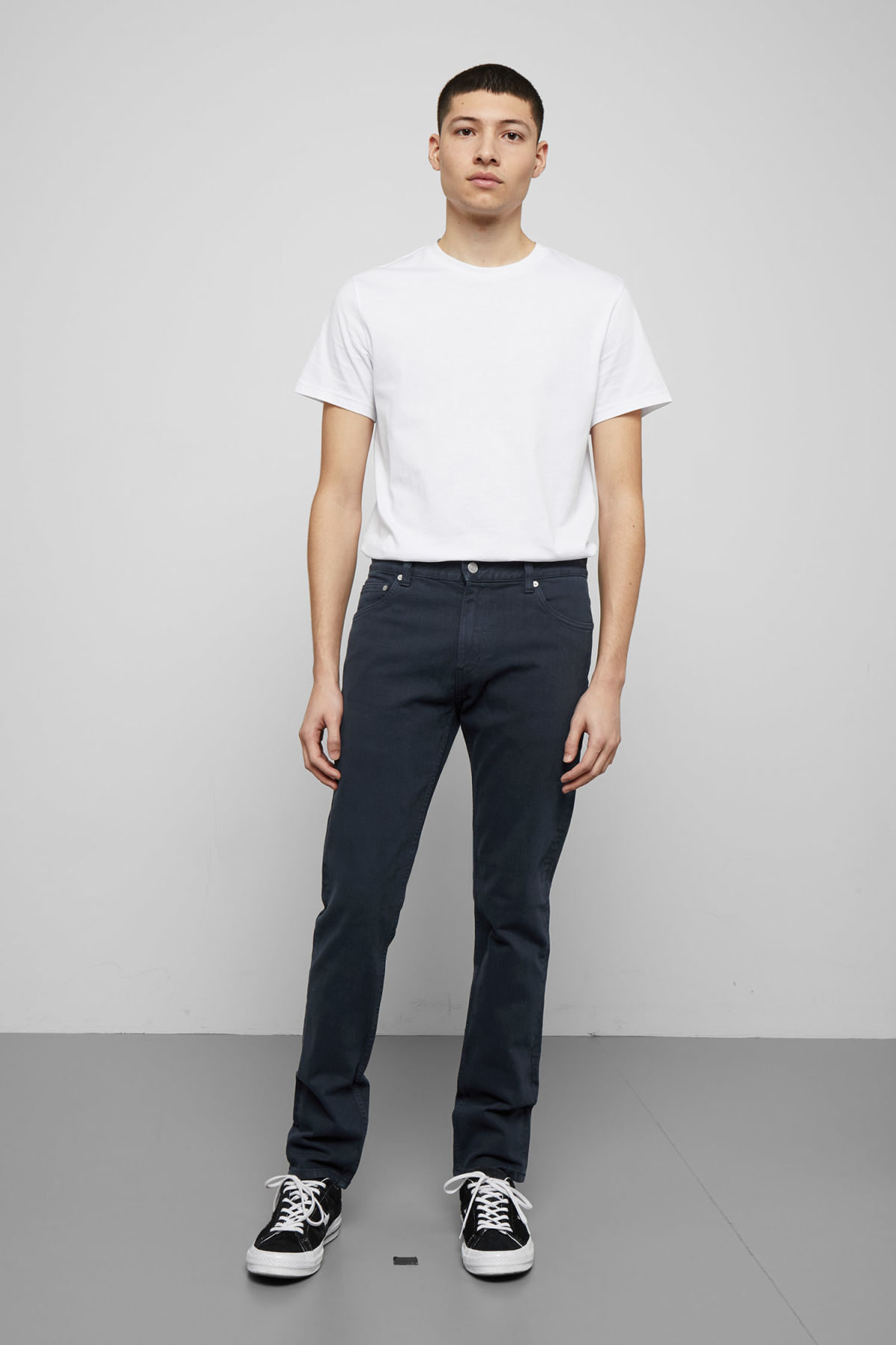 Model front image of Weekday friday navy jeans in blue