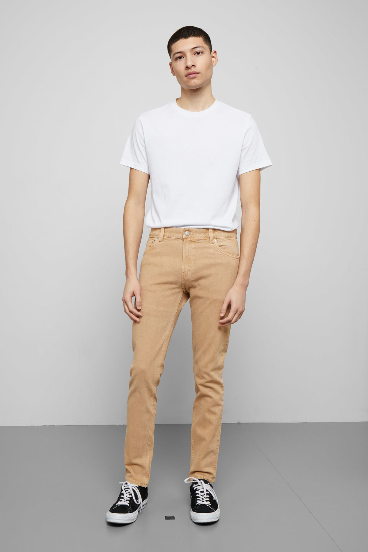 Model front image of Weekday friday sand jeans in beige