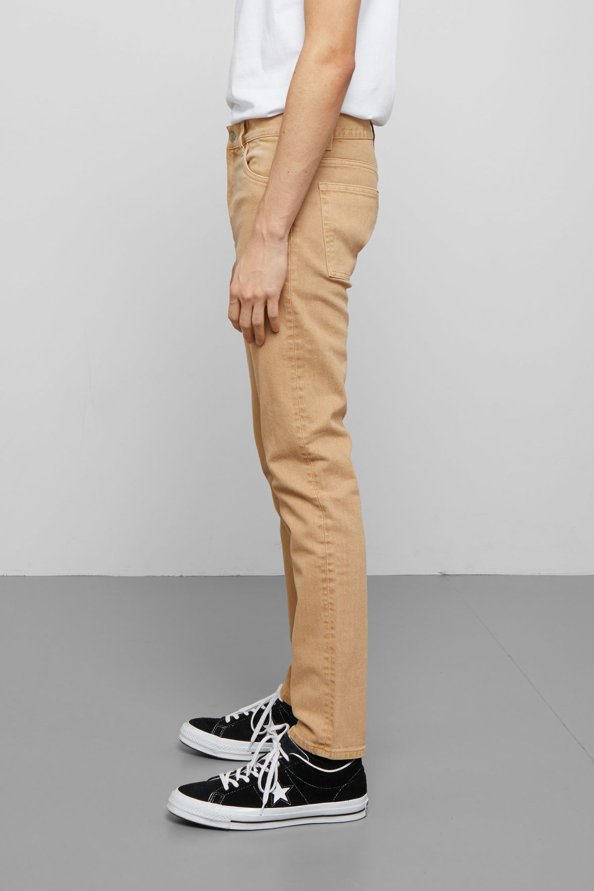 Model side image of Weekday friday sand jeans in beige