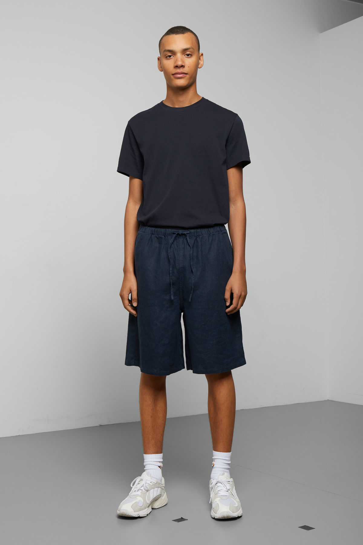 Model front image of Weekday eskil linen shorts in blue