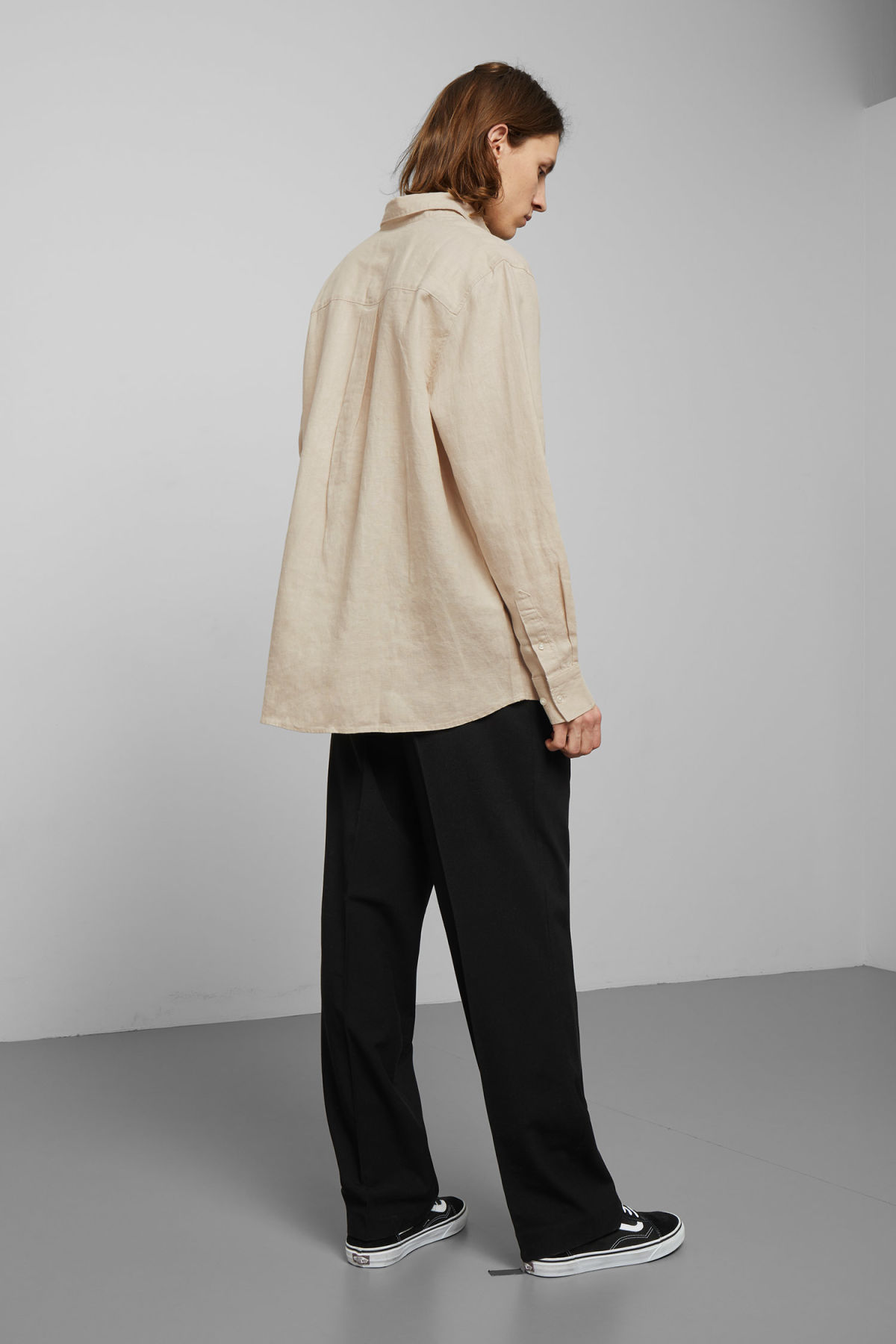 Model back image of Weekday karim linen shirt in beige