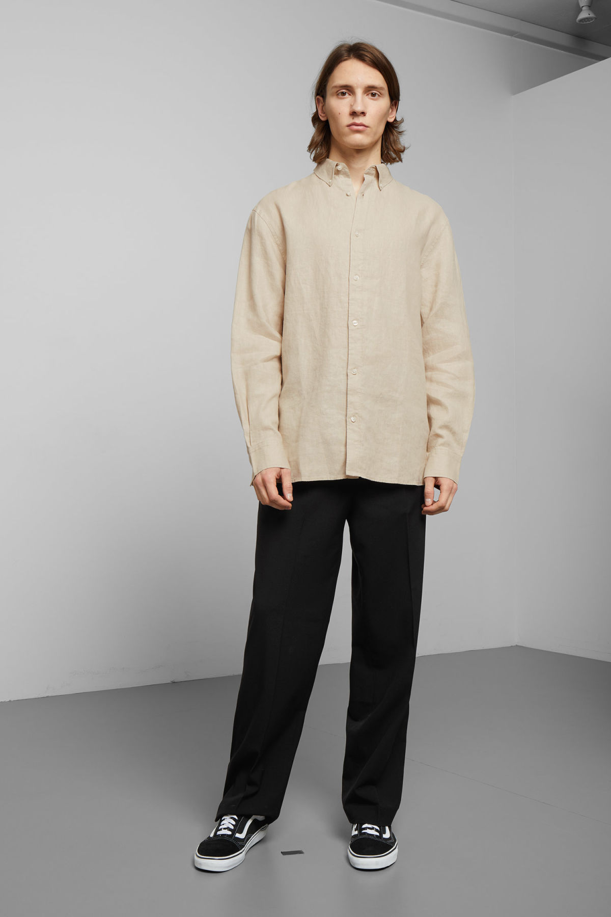 Model side image of Weekday karim linen shirt in beige