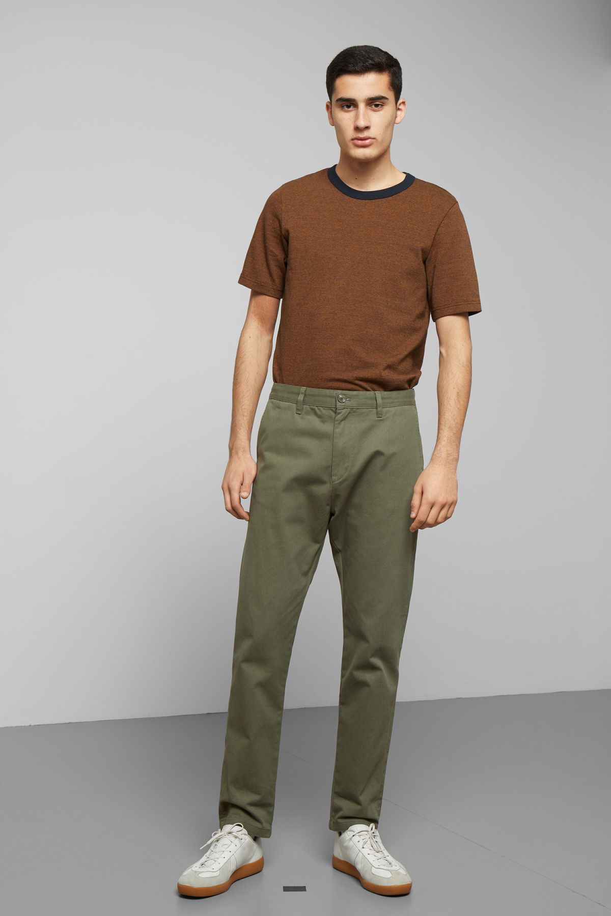 Model side image of Weekday kaj chinos in green