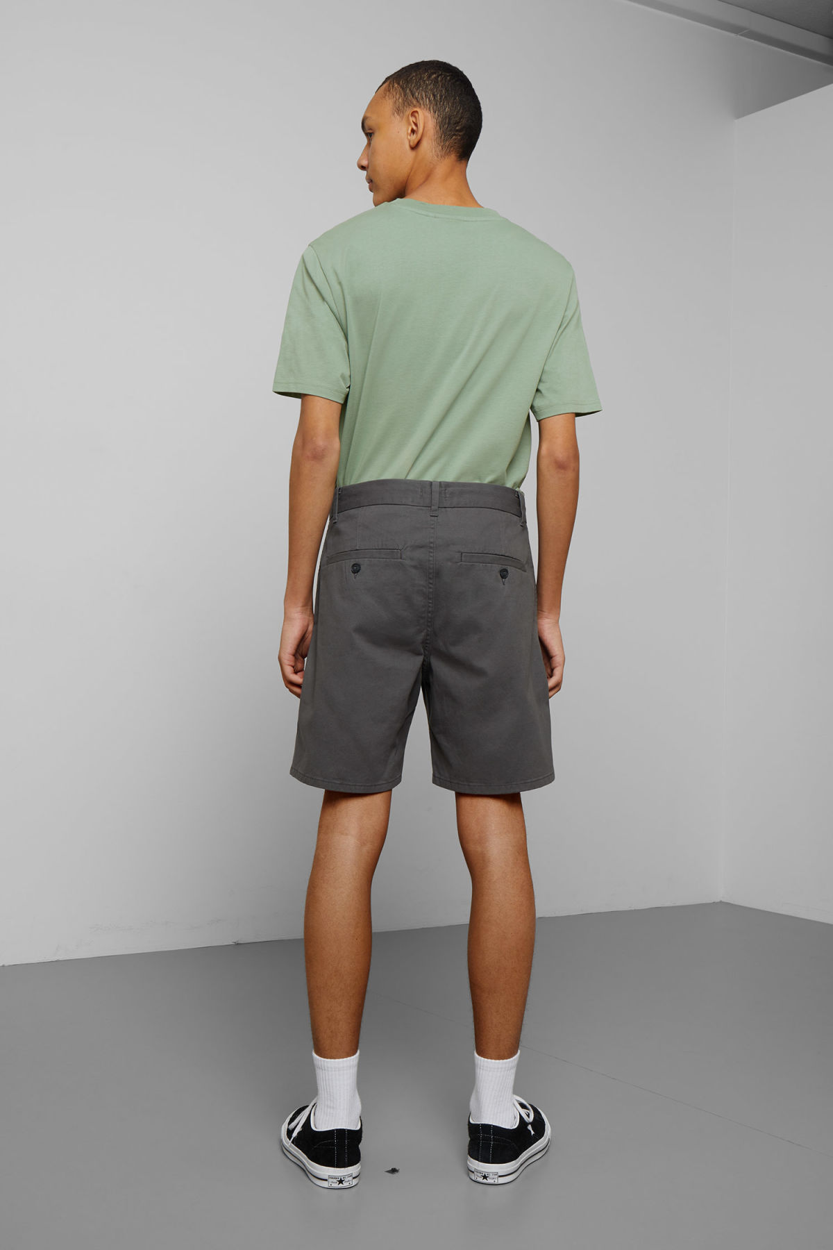 Model back image of Weekday manuel shorts in grey
