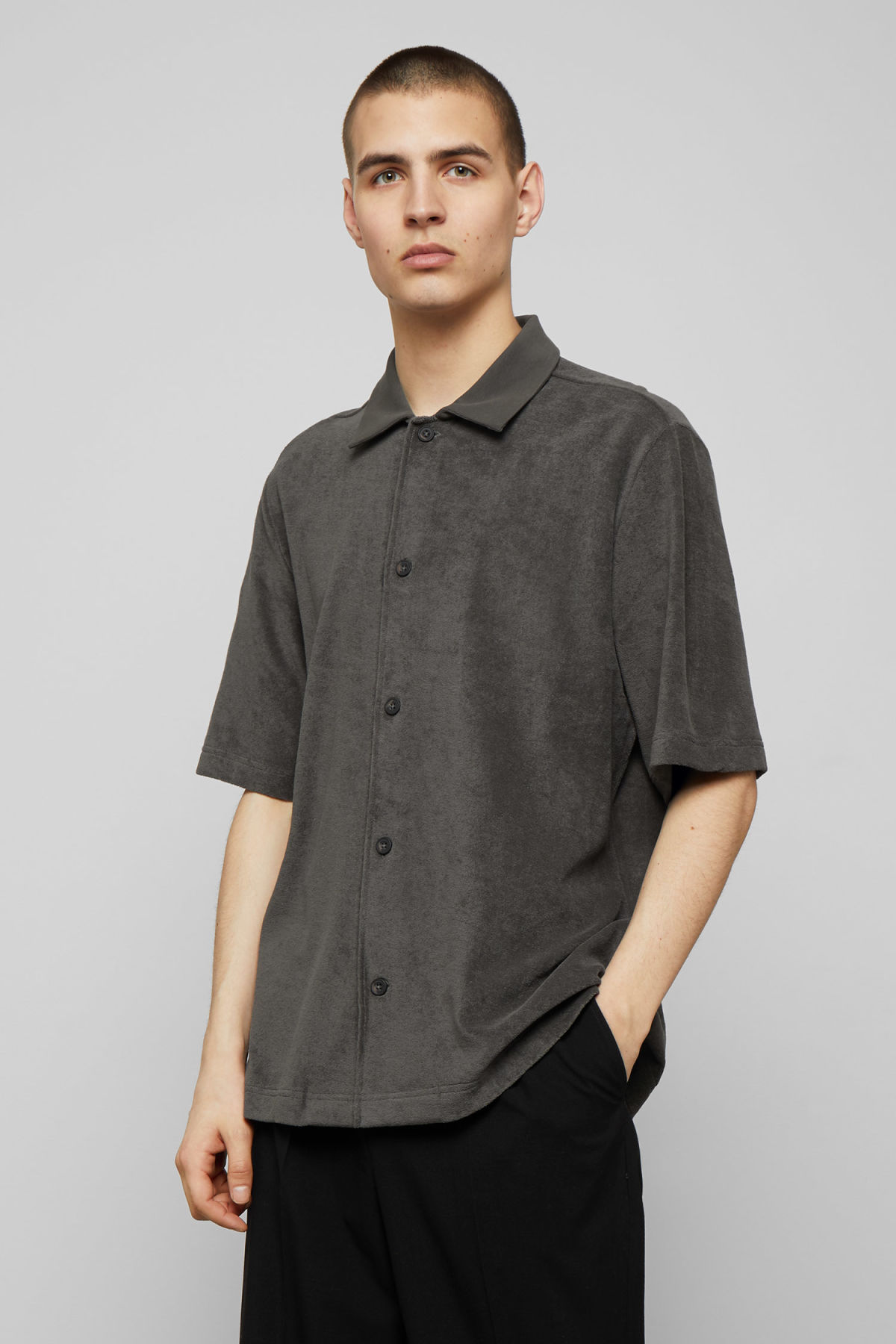 Model front image of Weekday gilbert shortsleeve shirt in grey