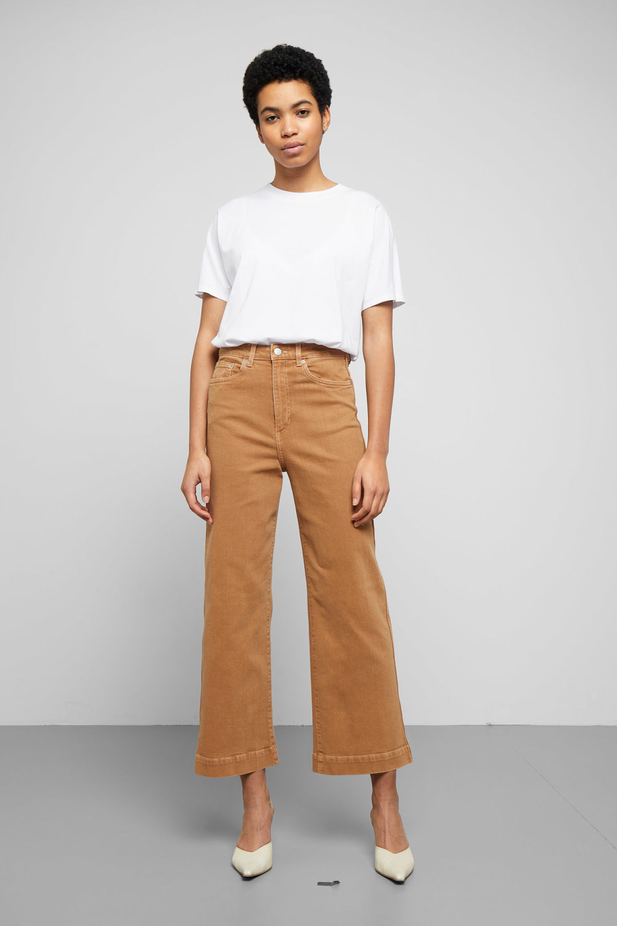 Model front image of Weekday veer camel jeans in beige