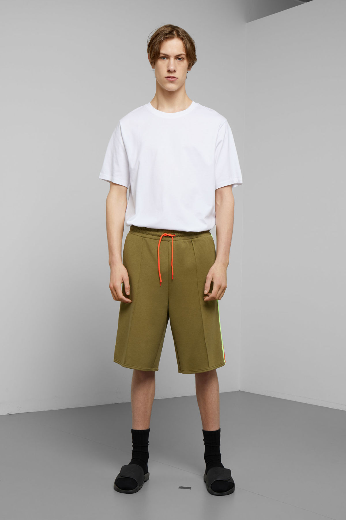 Model front image of Weekday day jersey shorts in green