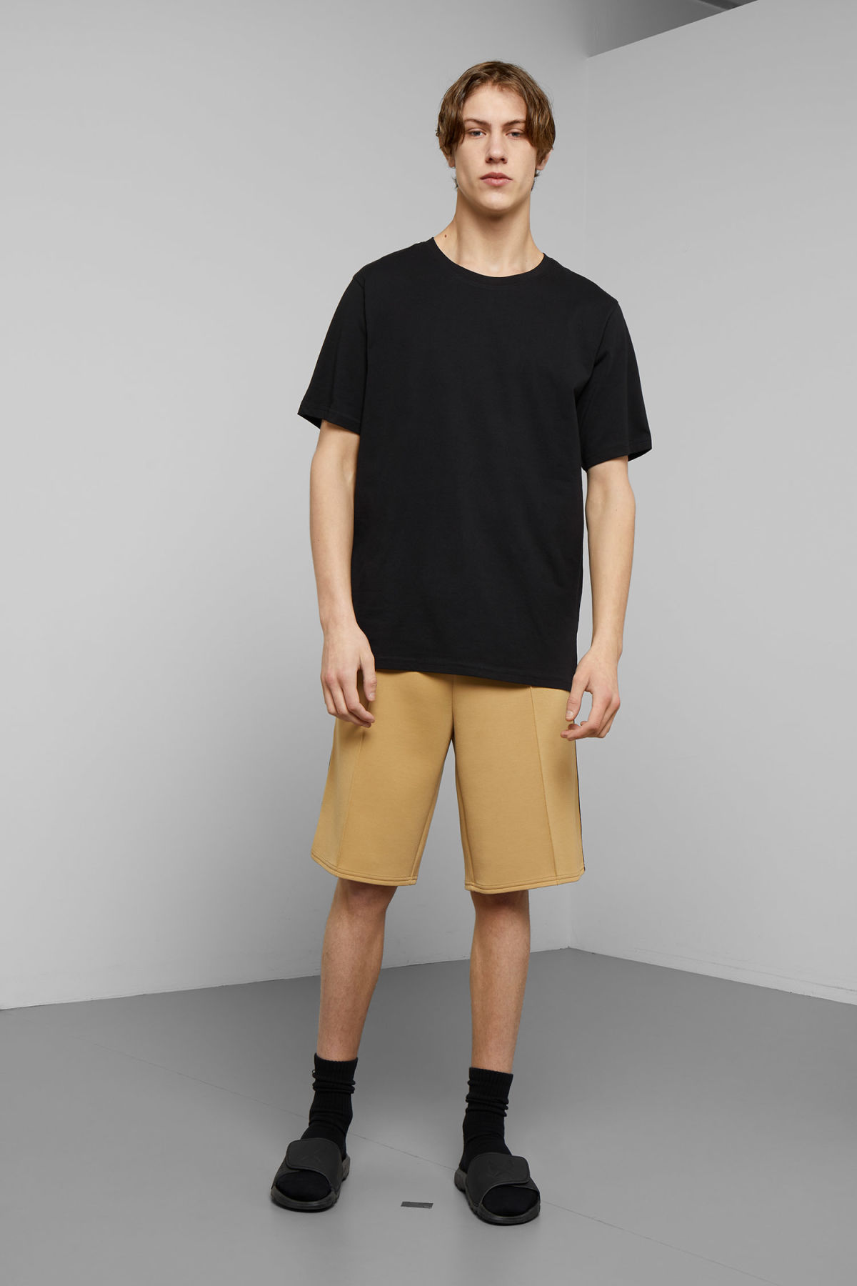 Model front image of Weekday day jersey shorts in beige