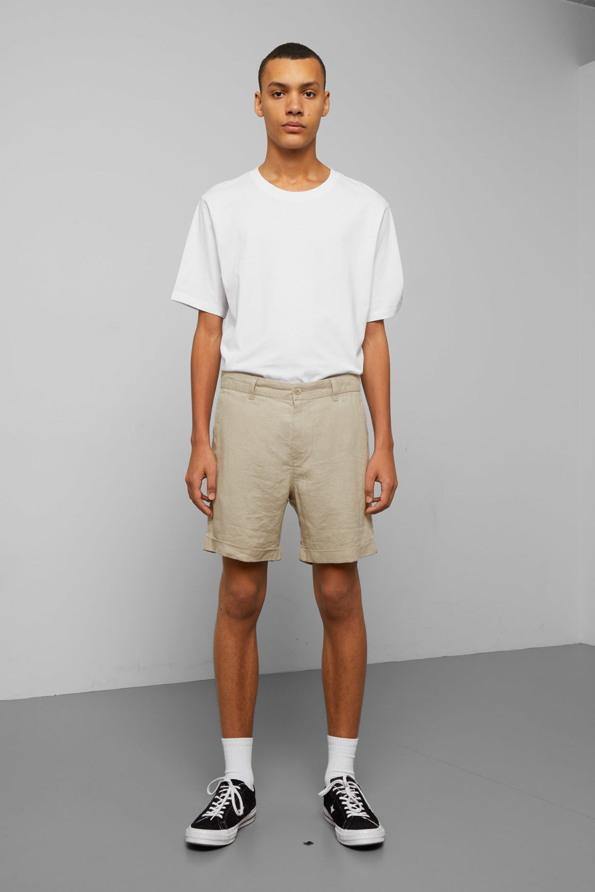 Model front image of Weekday mash linen shorts in beige