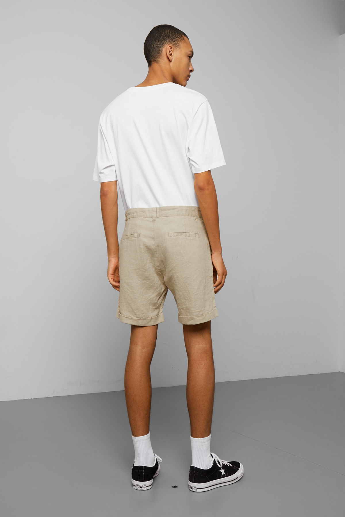 Model back image of Weekday mash linen shorts in beige