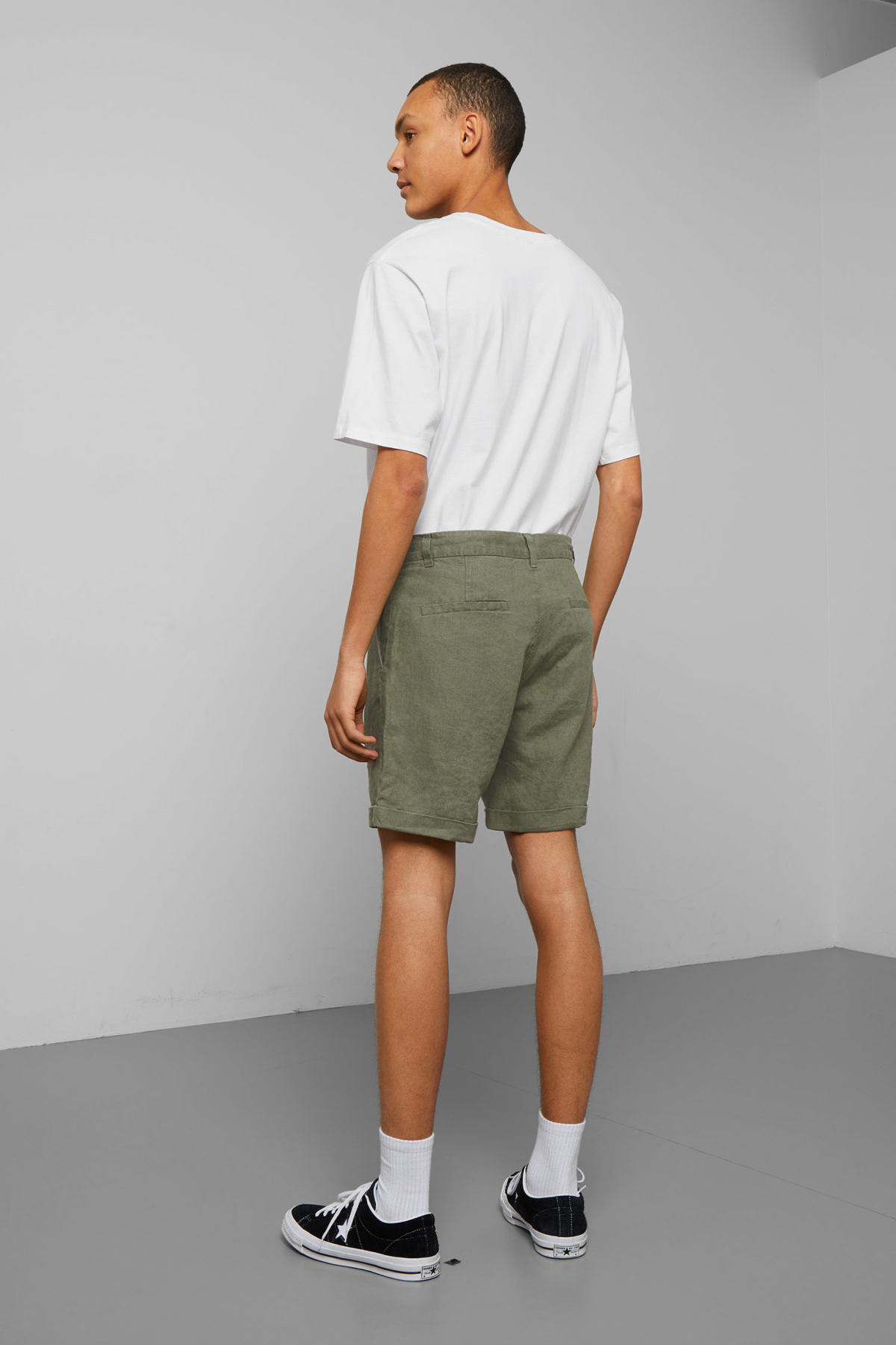 Model back image of Weekday mash linen shorts in green