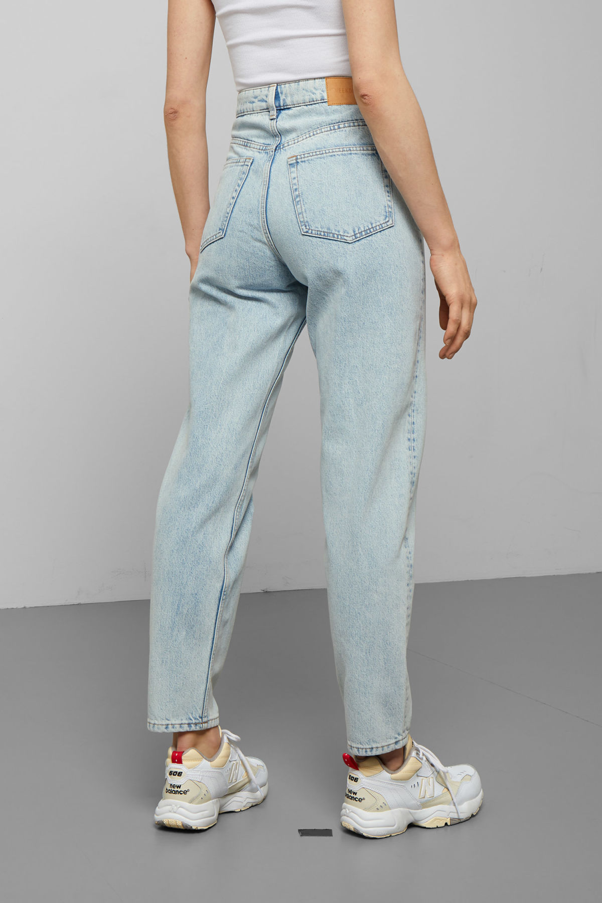 Model side image of Weekday lash stone blue jeans in blue