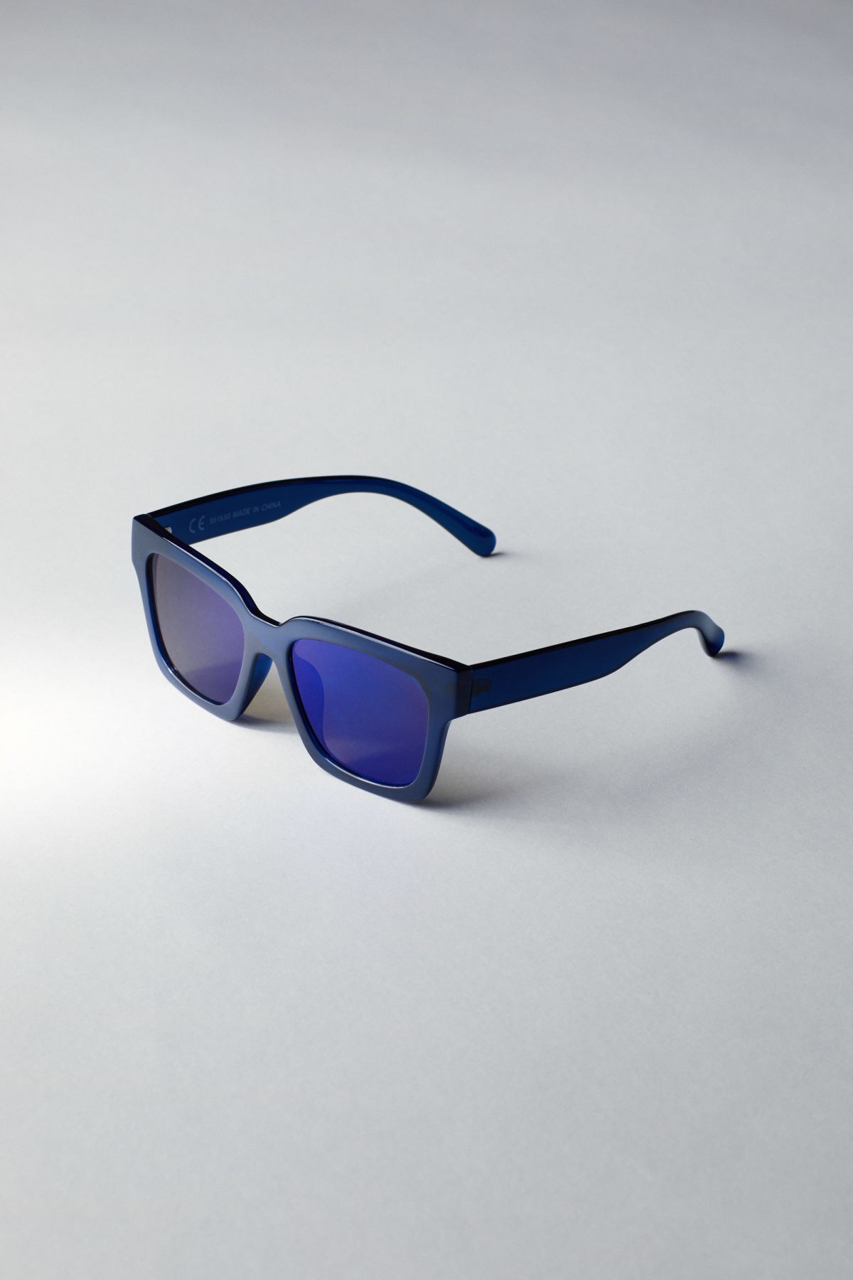 Back image of Weekday exit oversized sunglasses in blue