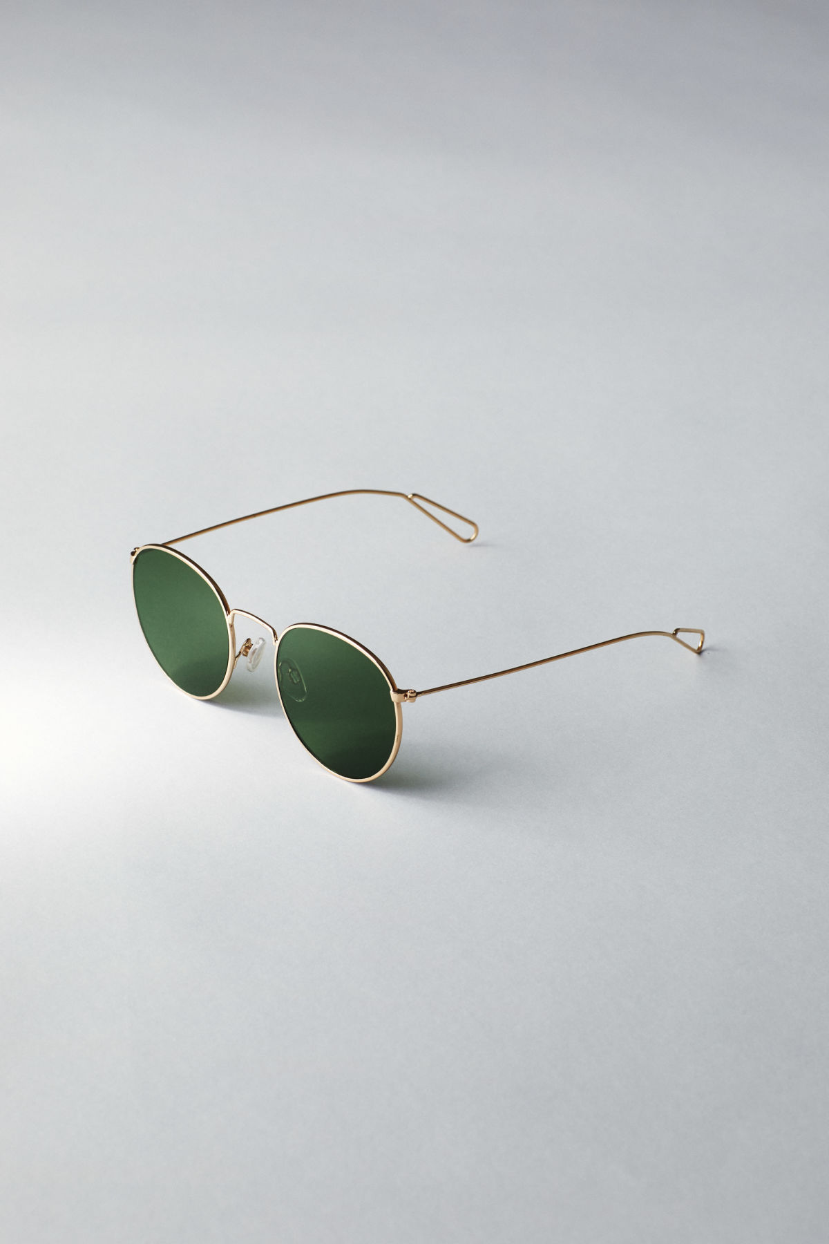 Back image of Weekday explore rounded sunglasses in gold