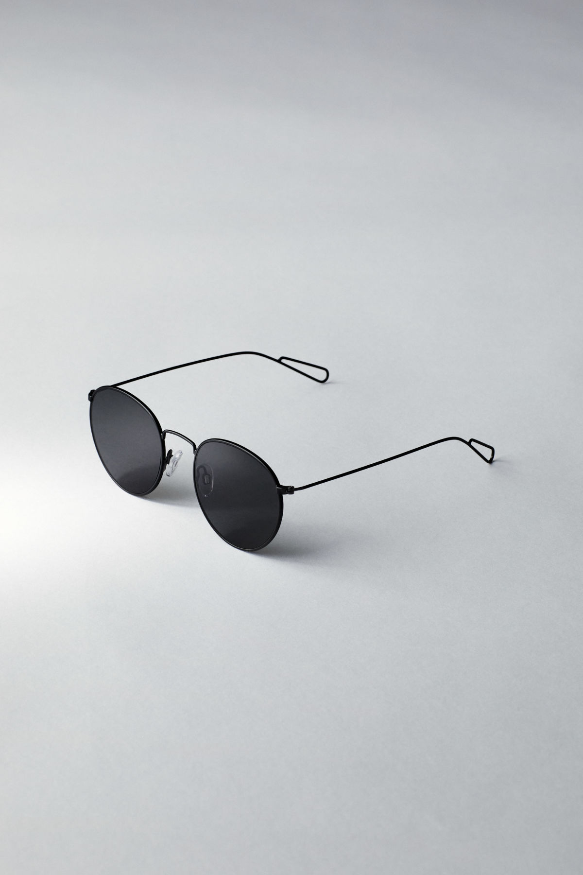 Back image of Weekday explore rounded sunglasses in black