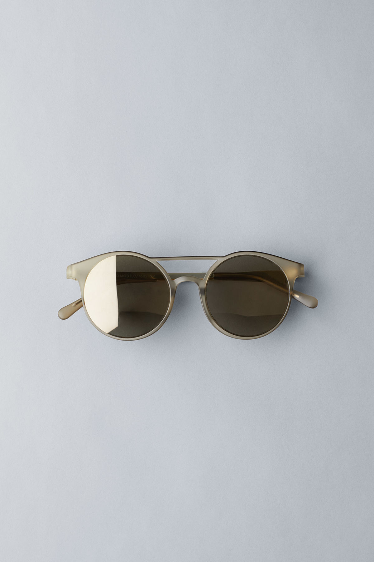 Front image of Weekday demo mode sunglasses in grey
