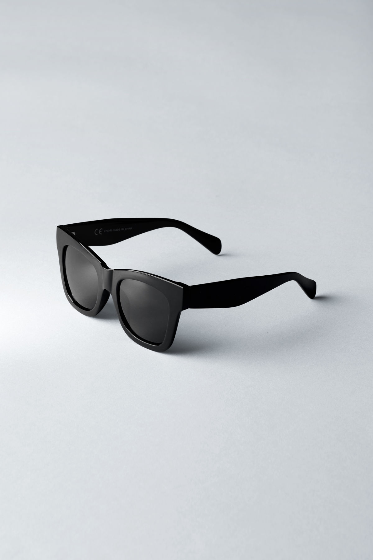 Back image of Weekday voyager sunglasses in black