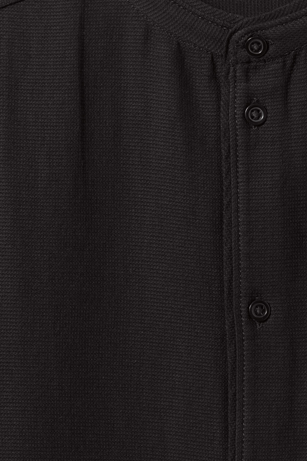 Detailed image of Weekday hunt shirt in black