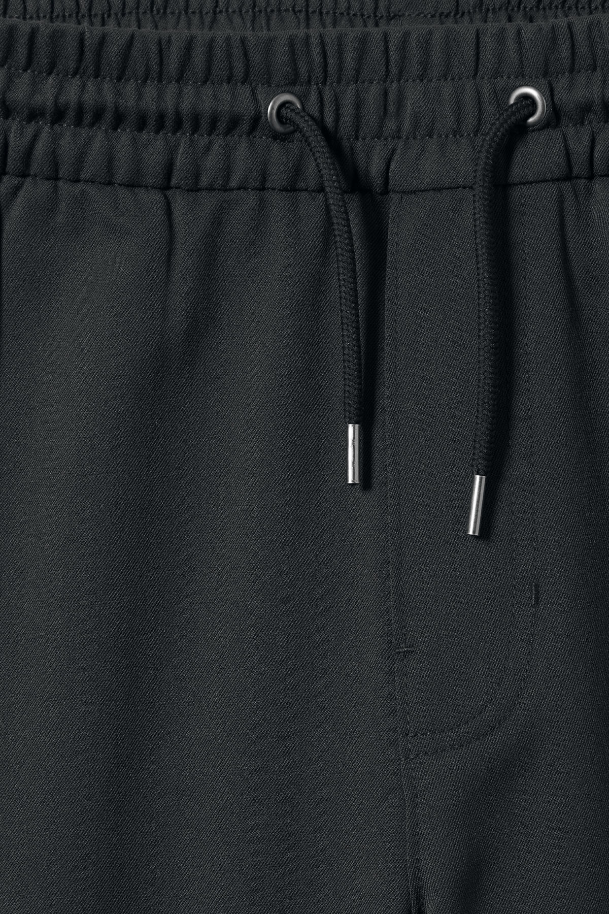Detailed image of Weekday alf shorts in grey