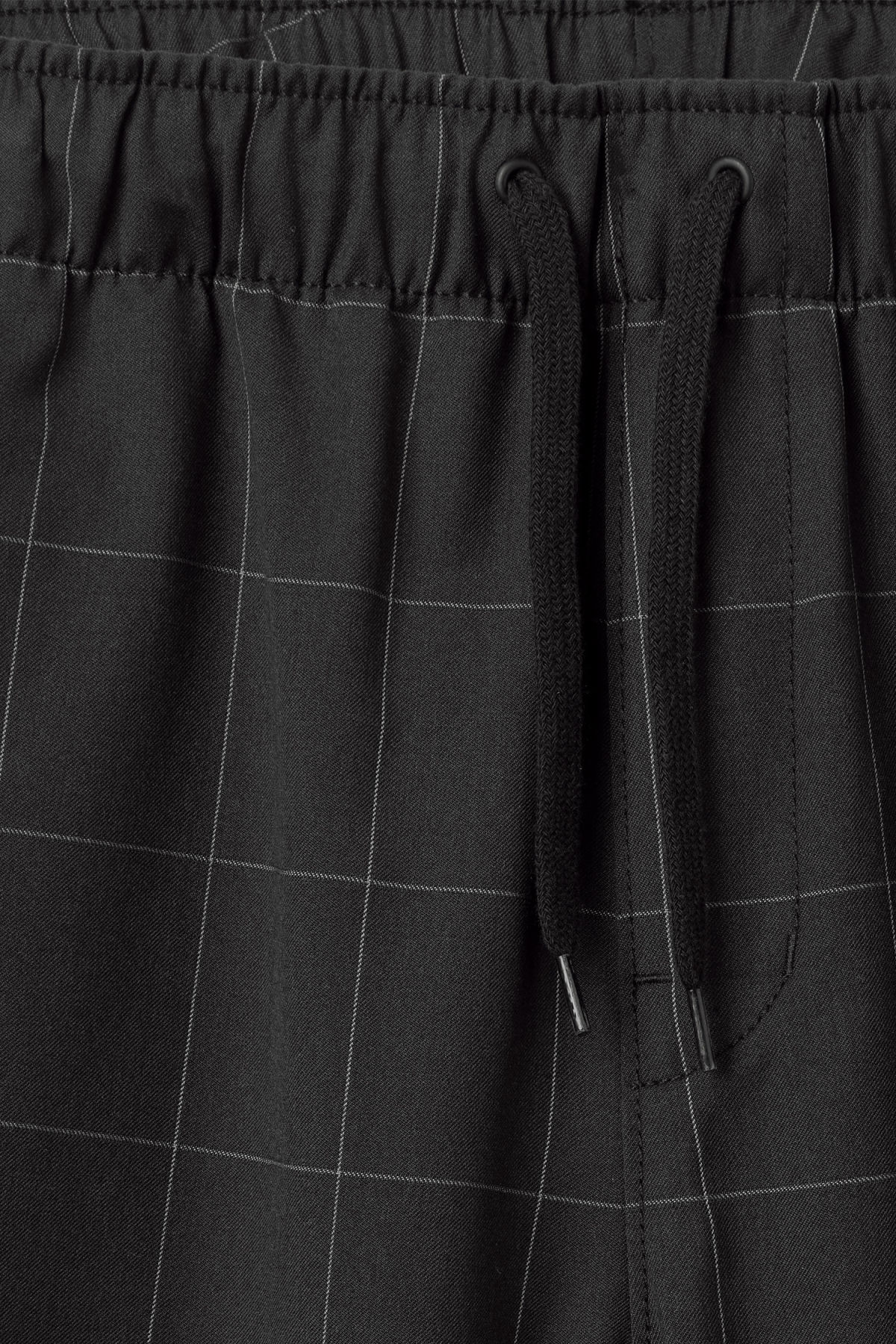 Detailed image of Weekday pillar shorts in black